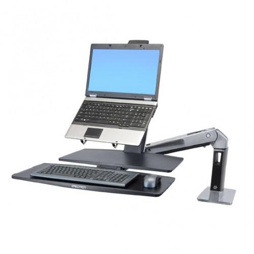 Brazo y laptop sobre escritorio ergonómico