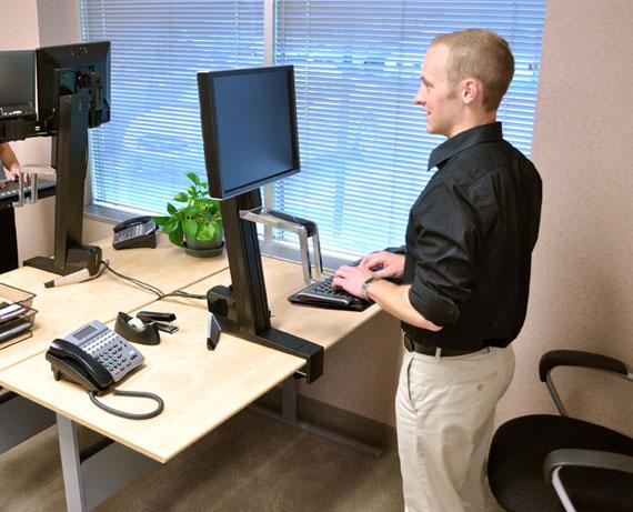 Trabajando parado en la oficina