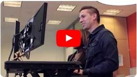 Workfit-t trabajando de pie con la computadora monitor